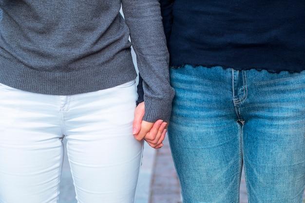 Vrouwen houden elkaars hand vast. het concept van relaties van hetzelfde geslacht, lgbt-mensen, lesbiennes