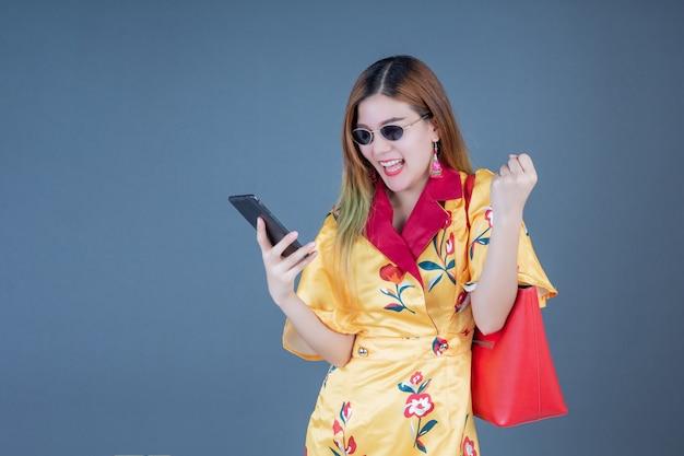 Vrouwen houden telefoons en smartcards.