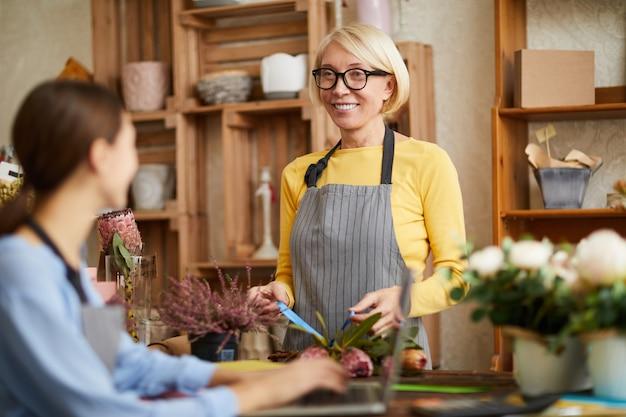 Vrouwen in bloemenwinkel