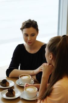 Vrouwen in café