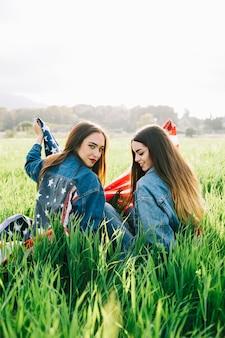 Vrouwen in casual in het veld