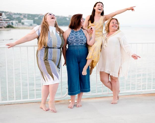 Vrouwen in casual kleding lang zicht