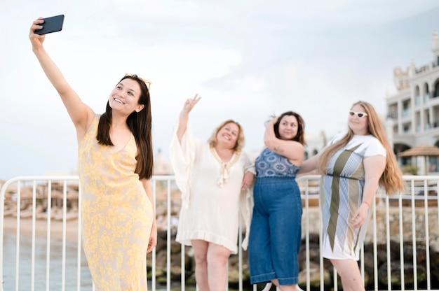Vrouwen in casual kleding nemen een selfie