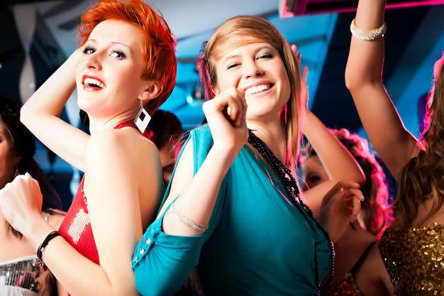 Vrouwen in club- of discodansen