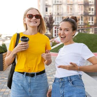 Vrouwen in de stad die gebarentaal gebruiken