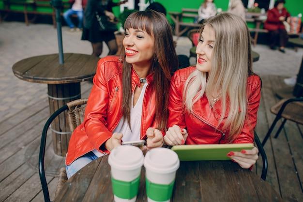 Vrouwen in een coffeeshop