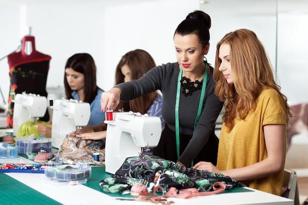 Vrouwen in een naaiatelier