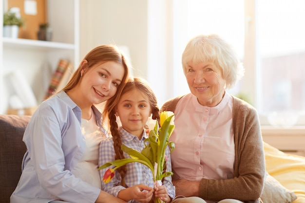 Vrouwen in familie poseren