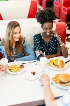 Vrouwen in het restaurant