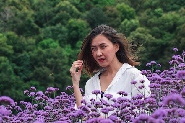 Vrouwen in het verbena-veld bloeien en zijn mooi in het regenseizoen.