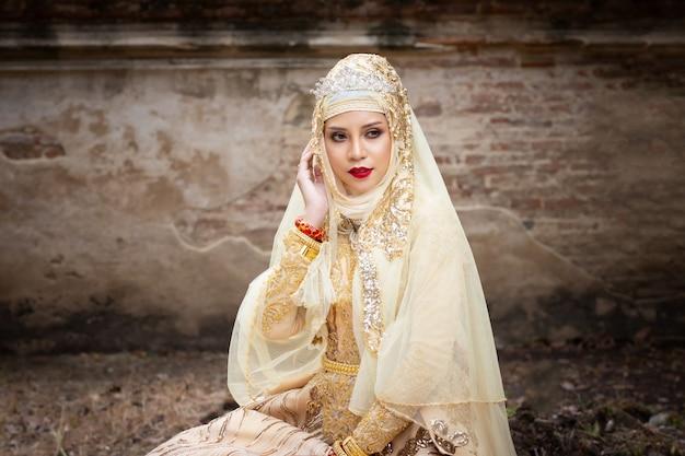 Vrouwen in indonesische trouwjurk