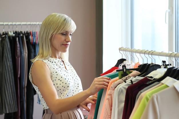Vrouwen in kledingwinkel