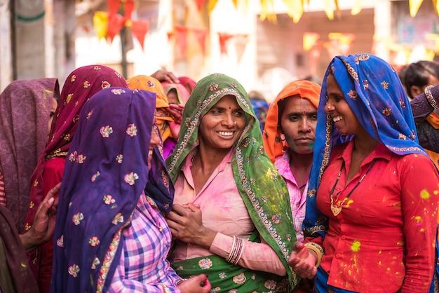 Vrouwen in kleurrijke sarees in het dorp van agra, india