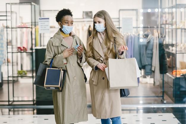 Vrouwen in medische maskers winkelen.