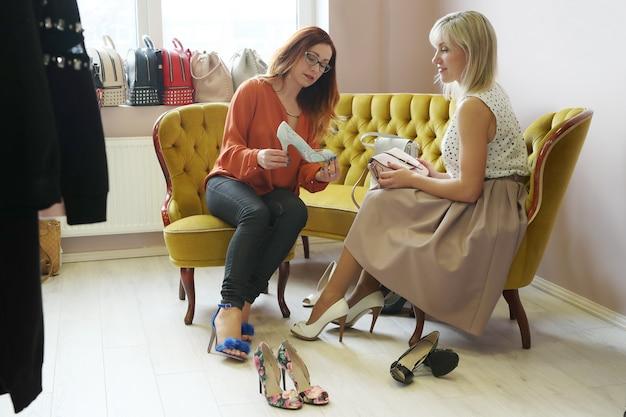 Vrouwen in schoenenwinkel
