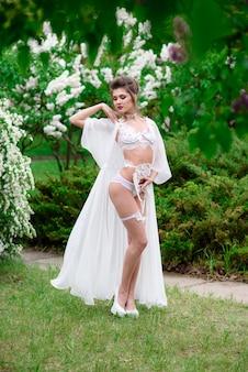 Vrouwen in sexy lingerie poseren in het park.