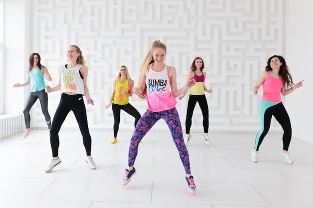 Vrouwen in sportkleding bij zumba dansles