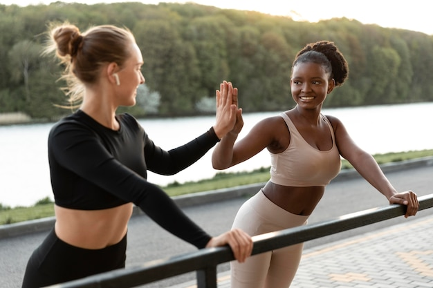 Vrouwen in sportkleding die buitenshuis trainen