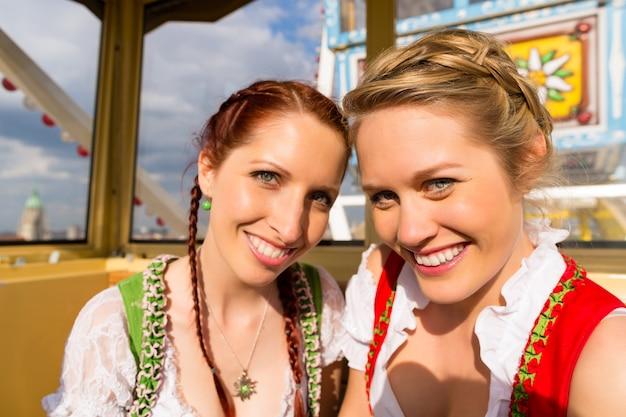 Vrouwen in traditionele beierse kleding of dirndl op festival