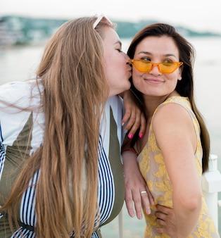 Vrouwen in vrijetijdskleding die een kus blazen