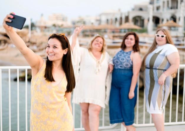 Vrouwen in vrijetijdskleding die een zelffoto maken