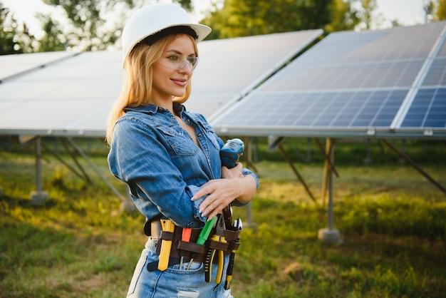 Vrouwen ingenieur bezig met het controleren van statusapparatuur op zonne-energiecentrale