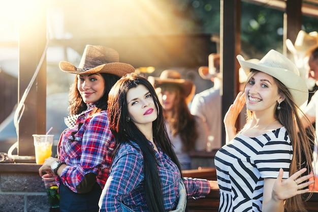 Vrouwen jonge mooie sensuele plezier op een feestje met drankjes samen in cowboystijl Premium Foto