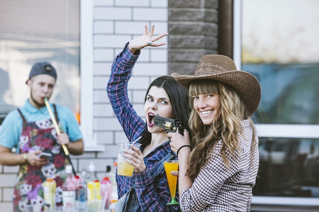 Vrouwen jonge mooie sensuele plezier op een feestje met drankjes samen in cowboystijl