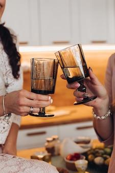 Vrouwen juichen met twee zwarte glazen
