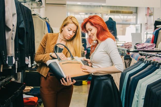 Vrouwen kiezen zak in de winkel