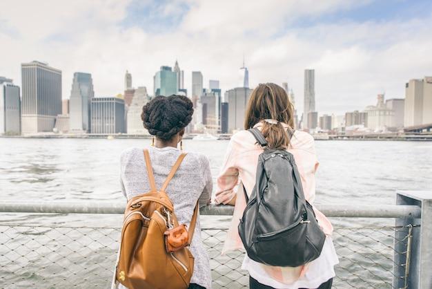 Vrouwen kijken naar de skyline