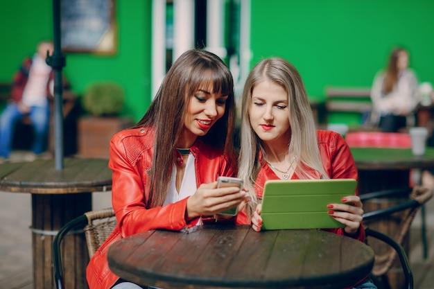 Vrouwen kijken naar een telefoon