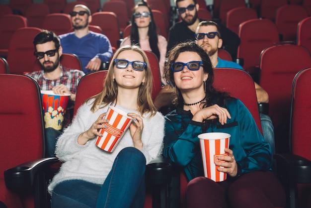 Vrouwen kijken naar films in de bioscoop