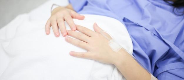 Vrouwen klaar om op het bed in het ziekenhuis te bevallen