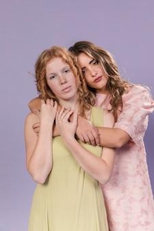 Vrouwen knuffelen elkaar als een teken van empowerment