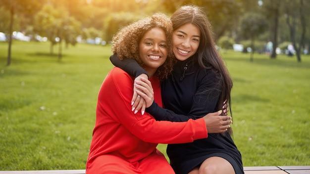 Vrouwen knuffelen elkaar buitenshuis