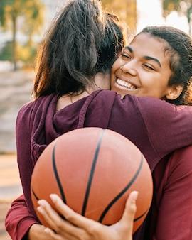 Vrouwen knuffelen na een basketbalspel