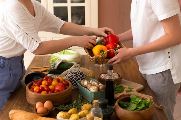 Vrouwen koken met verschillende ingrediënten