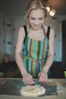 Vrouwen kokende pizza bij keuken