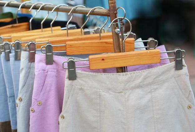 Vrouwen korte broek in stoffenwinkel