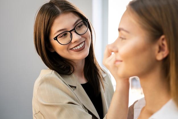 Vrouwen krijgen make-up gedaan