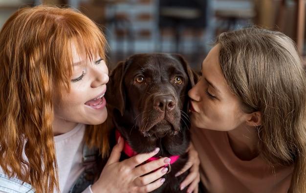 Vrouwen kussen hond close-up
