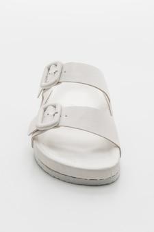 Vrouwen lederen sandalen geïsoleerd op wit