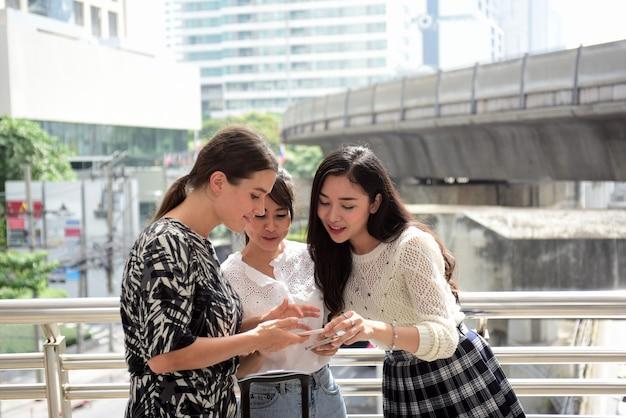 Vrouwen lopen in het centrum van de stad vrienden zijn samengekomen om de afspraak te ontmoeten uitgedrukt vreugde