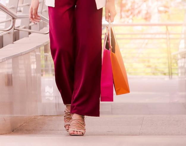 Vrouwen lopen naar winkelen, verkoop, consumentisme en mensen concept.