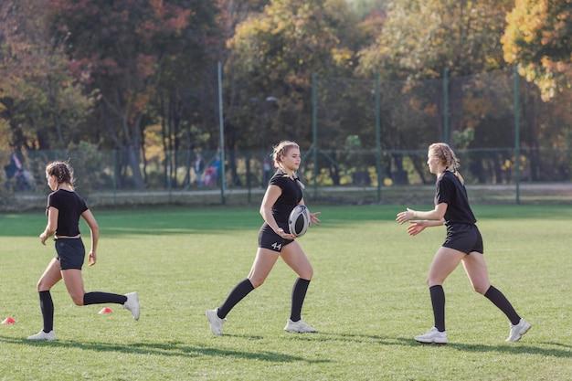 Vrouwen lopen op een voetbalveld