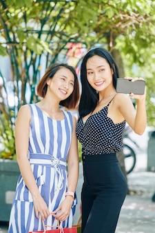 Vrouwen maken selfie buitenshuis