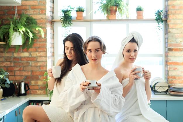 Vrouwen met badjas en handdoek