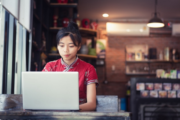 Vrouwen met behulp van laptop op koffie winkel