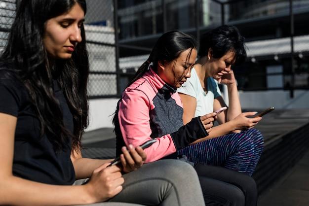 Vrouwen met behulp van mobiele telefoon